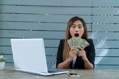 Unga affärsmanWith massor av pengar Hon uttrycker stor glädje E arkivfoton
