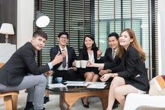Unga affärsprofessionell som har ett möte i regeringsställning, arbetare Royaltyfria Foton
