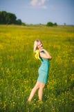 Unga affärskvinnan som den har, vilar utanför efter hård dag i offi Fotografering för Bildbyråer