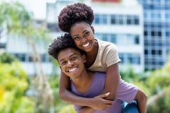 Unga afrikansk amerikanförälskelsepar royaltyfri fotografi