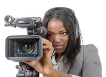 Unga afrikansk amerikankvinnor med den yrkesmässiga videokameran och Royaltyfri Fotografi