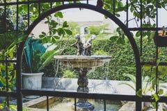 Unga Angel Sculpture Fountain i trädgård Arkivfoto