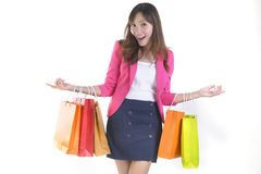 Unga asiatiska kvinnor för shopping som rymmer shoppingpåsar på det vita studiobackgroundSale och befordranbegreppet Royaltyfri Foto