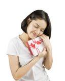 Unga asiatiska kvinnor som rymmer gåvaasken royaltyfri fotografi