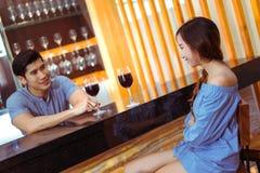 Unga asiatiska par man tillsammans och kvinnan som talar med exponeringsglas royaltyfri fotografi