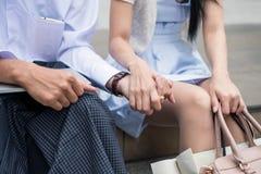 Unga asiatiska par rymmer händer Royaltyfria Foton