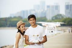 Unga asiatiska par som fungerar ett surr Fotografering för Bildbyråer