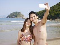 Unga asiatiska par som tar selfie Arkivbilder