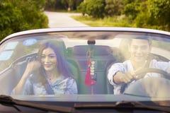 Unga asiatiska par som tycker om en ritt Royaltyfri Bild