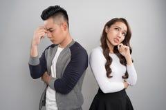 Unga asiatiska par tillbaka som drar tillbaka att ignorera som borras och som är ledset Arkivfoto