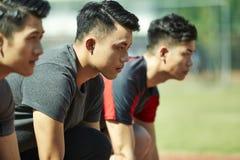 Unga asiatiska sprinter på startlinje arkivbilder
