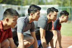 Unga asiatiska sprinter på startlinje royaltyfri fotografi