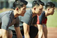 Unga asiatiska sprinter på startlinje royaltyfri bild