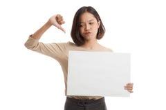 Unga asiatiska tummar för show för affärskvinna ner med vitmellanrumssi royaltyfri bild