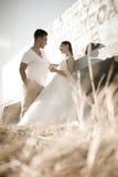 Unga attraktiva brud- par som utomhus flörtar Royaltyfria Foton