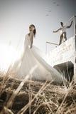 Unga attraktiva brud- par som utomhus flörtar Royaltyfri Fotografi