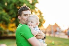 Unga attraktiva föräldrar och barnstående Royaltyfri Fotografi