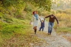 Unga attraktiva föräldrar och barnstående Arkivbilder