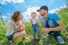 Unga attraktiva föräldrar och barnstående Royaltyfria Foton