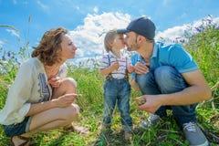 Unga attraktiva föräldrar och barnstående Royaltyfria Bilder