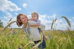 Unga attraktiva föräldrar och barnstående Arkivbild