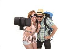 Unga attraktiva och chic amerikanska par som tar selfiefotoet med mobiltelefonen som isoleras på vit Royaltyfri Fotografi