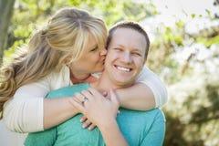 Unga attraktiva par som kramar i parkera arkivfoto