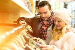 Unga attraktiva par som tycker om försäljningar under jul fotografering för bildbyråer