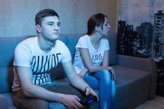 Unga attraktiva par spenderar deras fria tid hemma Royaltyfri Foto