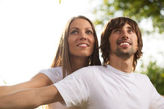 Unga attraktiva par tillsammans utomhus Arkivbilder