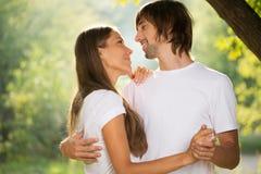 Unga attraktiva par tillsammans utomhus Royaltyfri Foto
