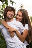 Unga attraktiva par tillsammans utomhus Royaltyfria Foton