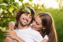 Unga attraktiva par tillsammans utomhus Fotografering för Bildbyråer