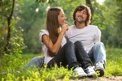 Unga attraktiva par tillsammans utomhus Royaltyfri Bild