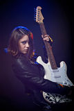 Unga attraktiva vaggar flickan som spelar den elektriska gitarren Royaltyfri Fotografi