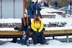 Unga bärande skridskor för kamrat och för flicka i Trakai Litauen fotografering för bildbyråer