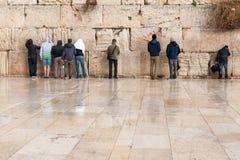 Unga böner på den att jämra sig väggen i Jerusalem Arkivbilder