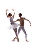 Unga balettdansörer som utför på vit Arkivfoto