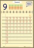Unga barn lär att skriva nummer, läxa för ungar Arkivfoton