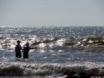 Unga barn på lek i Indiska oceanen av kusten av Koh Lanta Thailand Arkivfoton