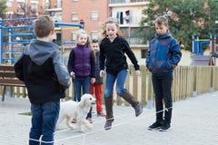 Unga barn som hoppar over på banhoppningresårrep Royaltyfria Foton