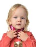 Unga barnet behandla som ett barn flickan med den isolerade fjärilen Arkivbilder