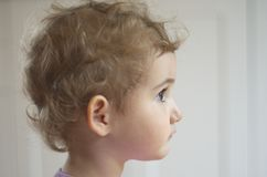 Unga barnet flickan, litet barn, head skottet som daydreaming/att se in i avståndet. Arkivbilder