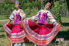 Unga Belorussian dansare i traditionell dräkt royaltyfria foton