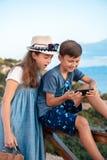 Unga bloggers på stranden royaltyfri fotografi