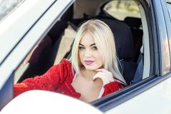Unga blonda flickscouter en bil Begreppstur, livsstil, chaufför arkivbilder