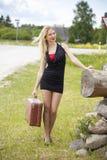 Unga blonda kvinnor som väntar någon bil på vägen Royaltyfri Fotografi