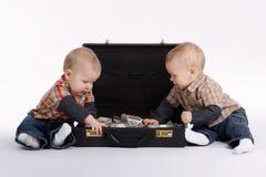 Unga bokhållare med resväskan av pengar Arkivfoton