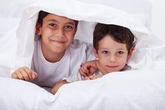 Unga bröder tillsammans royaltyfria bilder