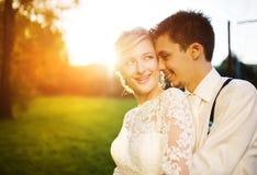 Unga brölloppar på en sommaräng royaltyfri fotografi